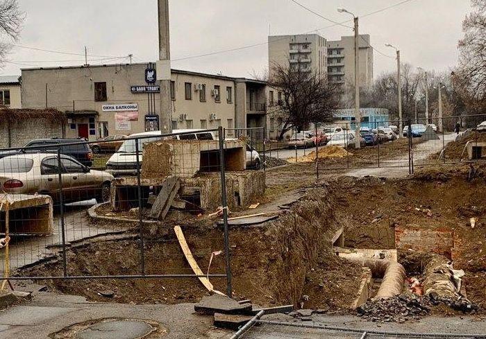 Заброшенный коммунальщиками ремонт перекрыл движение пешеходам