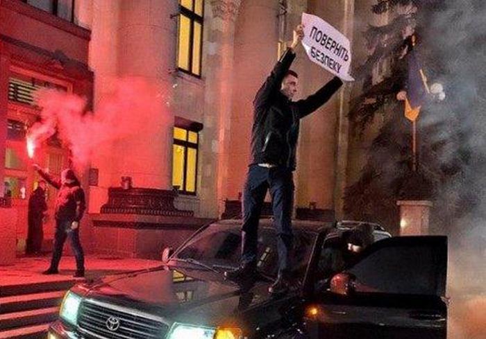 Полиция оценила акцию протеста у входа в Харьковскую облгосадминистрацию как хулиганство (видео)