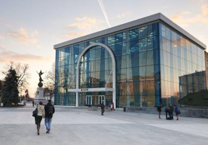 Возле знаменитого харьковского музея толпятся люди (видео)