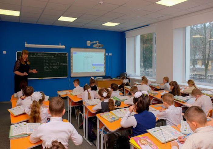 В Кабмине нашли миллиарды гривен на надбавки и премии учителям
