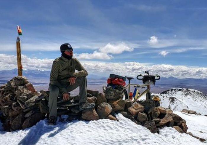 Украинец заехал на велосипеде на вулкан высотой 6020 метров (фото)