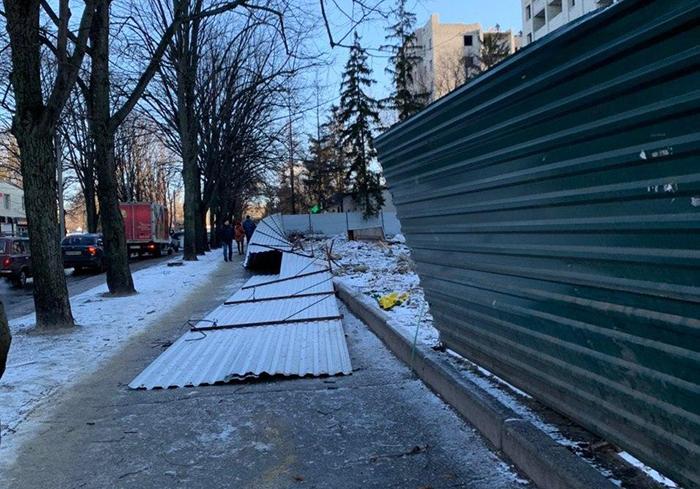 Последствия метели в Харькове: рухнувшие заборы и упавшие буквы инсталляции (фото)