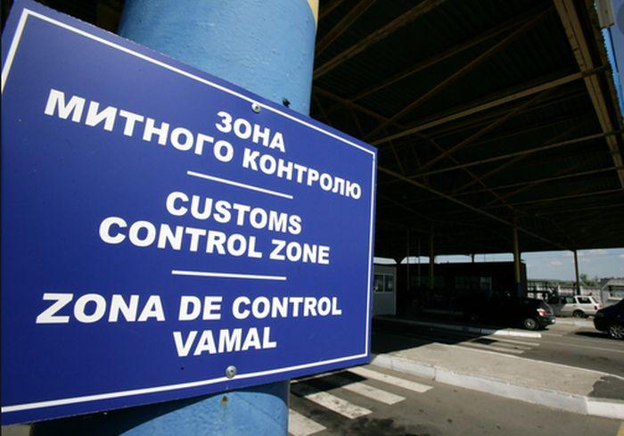 Харьковские таможенники «тормознули» на границе авто с ценным грузом (фото)