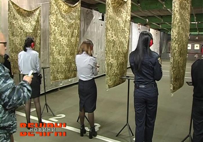 В Харькове женщины-полицейские соревновались в меткой стрельбе (видео)