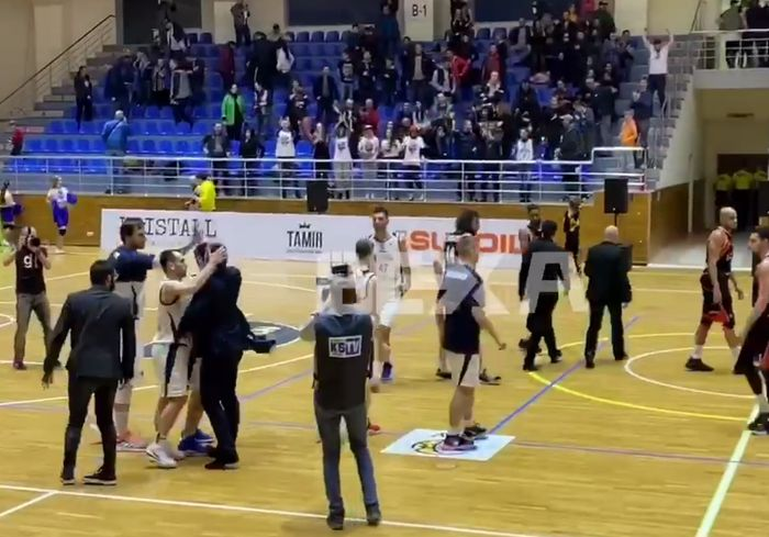«Харьковские соколы» в тяжелом матче одолели «Черкаських мавп» (видео)