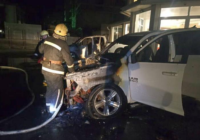 В Харькове сожгли два внедорожника возле бизнес-центра