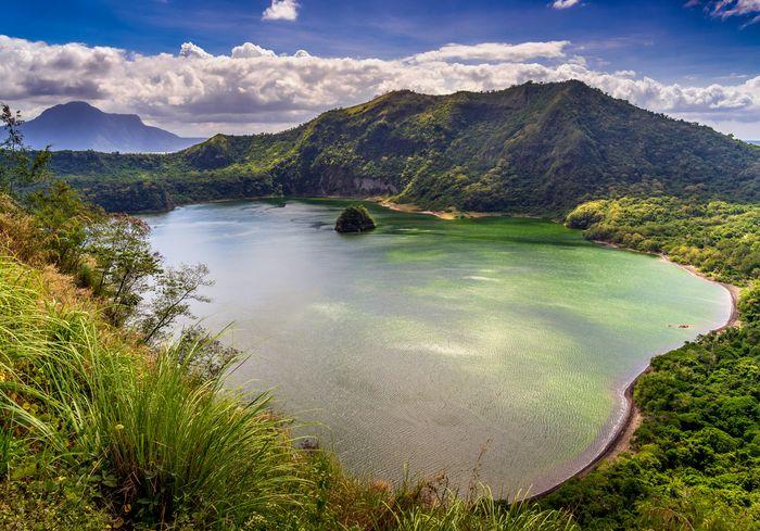 Как вулкан Тааль превратил «островок рая» в «кусочек Луны» (фото)
