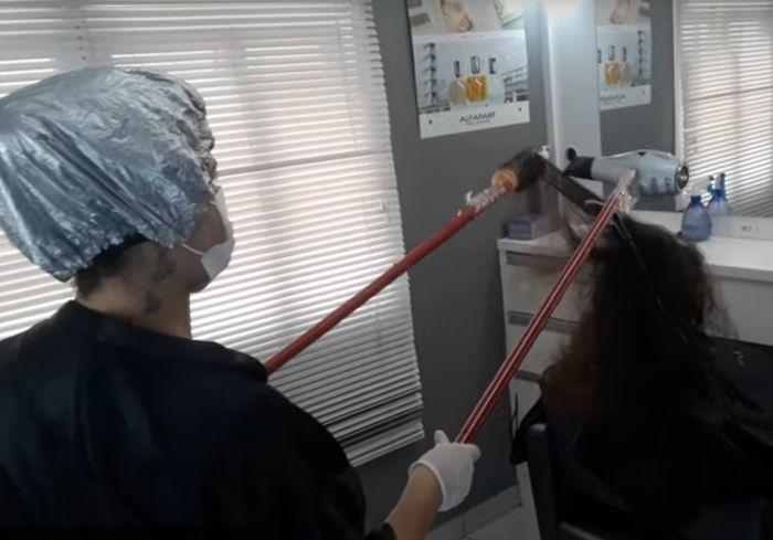 Парикмахеры из-за коронавируса начали работать с клиентами «удаленно» (видео)