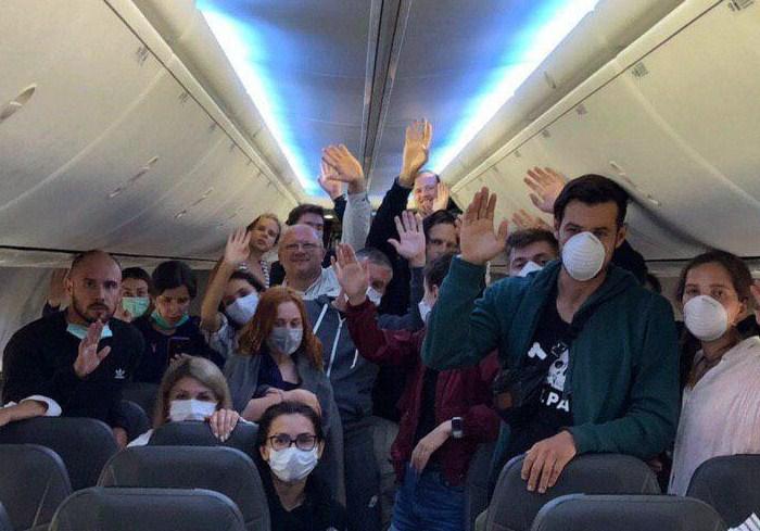 Эвакуированные украинцы отказываются покидать самолет