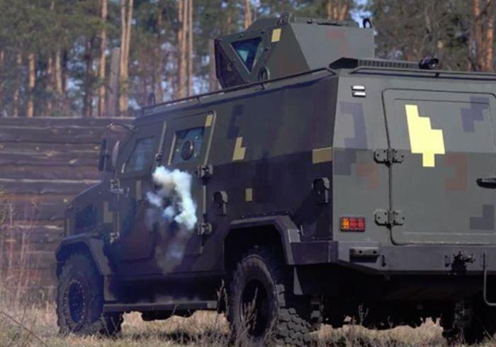 В Сети показали, как броневик «Козак-5» противостоит обстрелу (видео)
