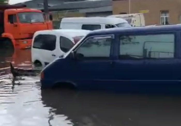 В Харькове из-за ливня затопило улицы (видео)