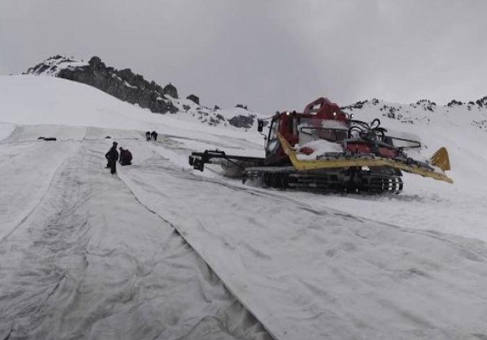 В Сети показали, как в Италии защищают от таяния огромный горный ледник (видео)