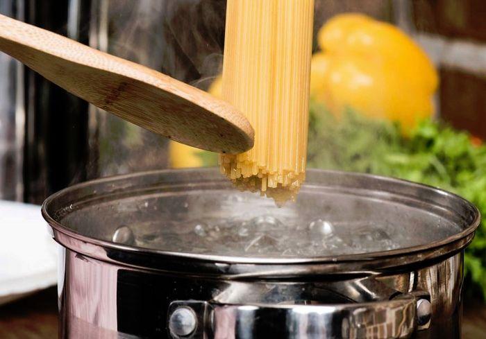 Почему не стоит выливать воду из-под макарон