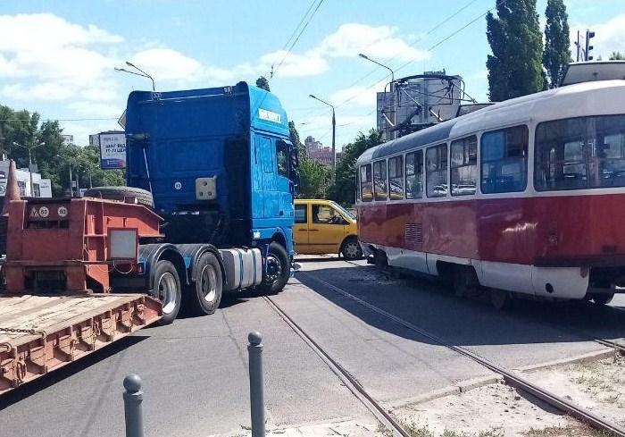 ДТП на Клочковской временно остановило движение трамваев - соцсети (фото)
