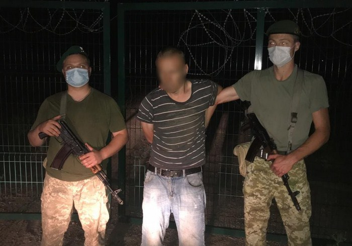 Харьковские пограничники опубликовали видео, как нарушитель пытается пробраться в Россию через забор