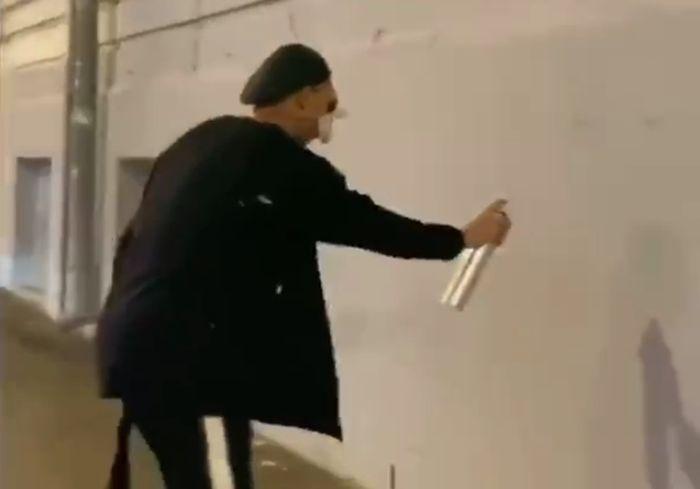 «Открой личико»: в центре Харькова «cryack» уродует фасады домов (видео)