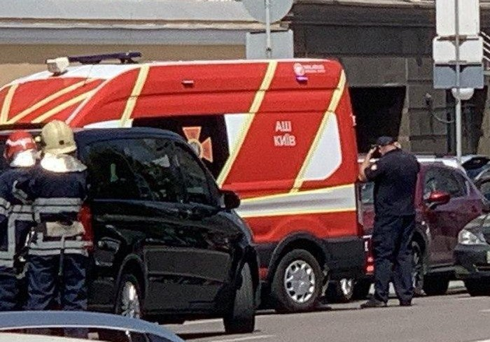 Неизвестный в Киеве захватил заложников в банке