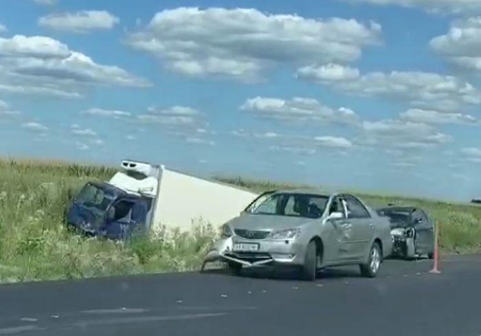 «Грузовик и две легковушки»: на трассе под Харьковом серьезное ДТП «с вылетом» (видео)