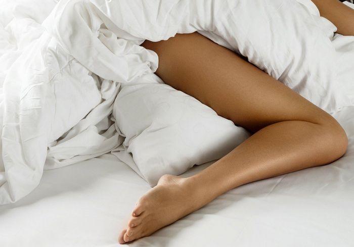 Выяснилось, почему люди высовывают из-под одеяла во сне только одну ногу