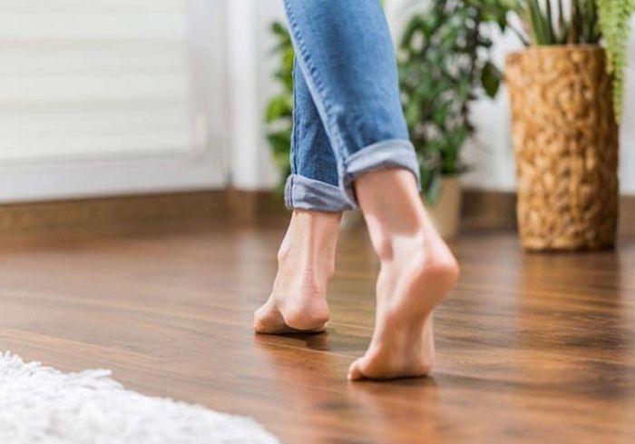 Почему врачи не советуют ходить босиком по твердому полу