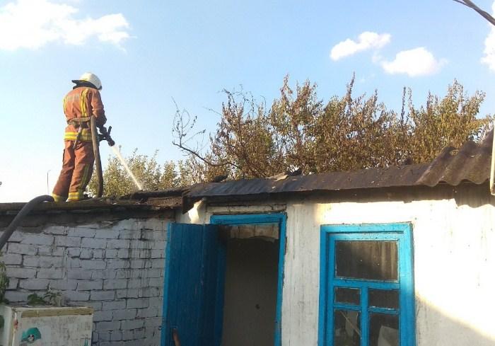 В Купянском районе пожарные спасли от огня частный дом и гараж