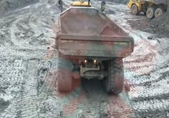 Водитель 40-тонного самосвала показал эффектный дрифт (видео)