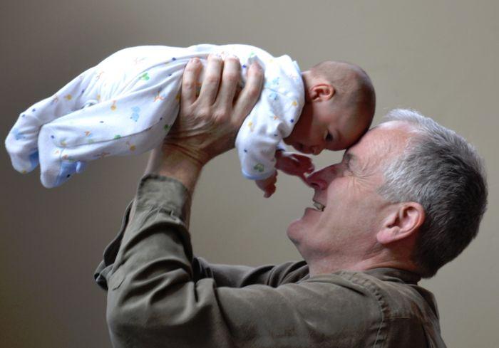Может ли дедушка пойти в декрет вместо внучки