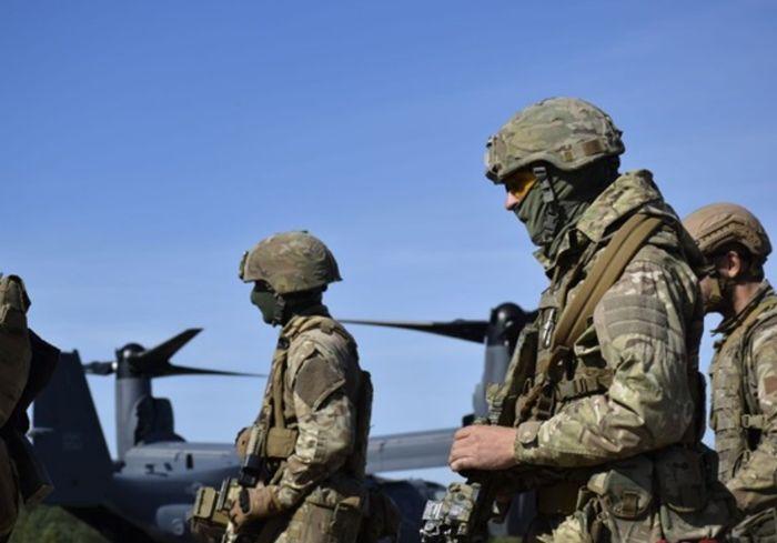 Украинский спецназ десантировался с удивительных самолетов США (видео)