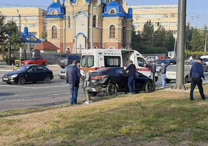 Тройное ДТП на Валентиновской стало причиной автомобильной пробки - соцсети