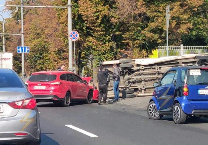 На Московском проспекте перевернулся микроавтобус