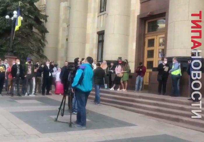 Журналисты выяснили требования протестующих под стенами ХОГА (видео)