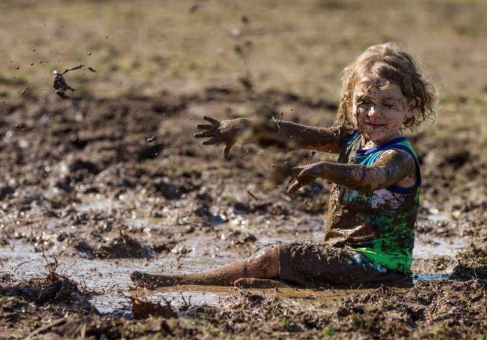 Появилось научное объяснение необходимости детских игр в грязи