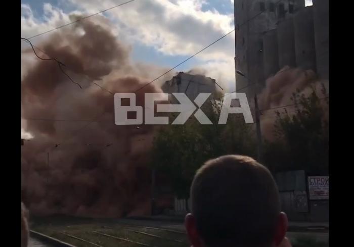 В Харькове взорвали старое зернохранилище на элеваторе (видео)