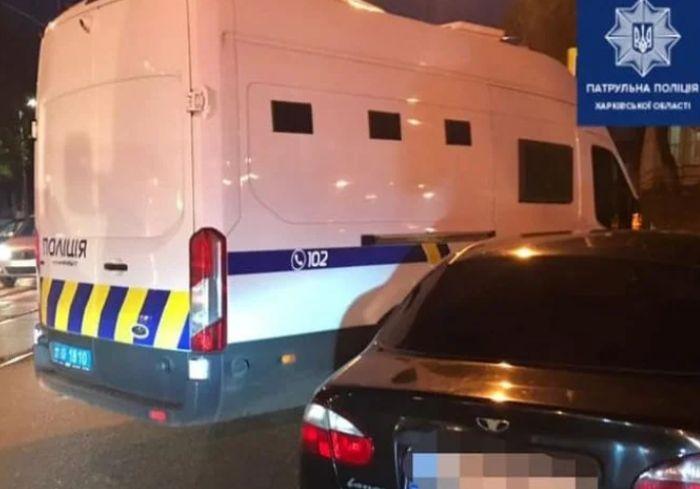 ДТП в Харькове - Lanos врезался в конвойный автомобиль с заключенными (видео)