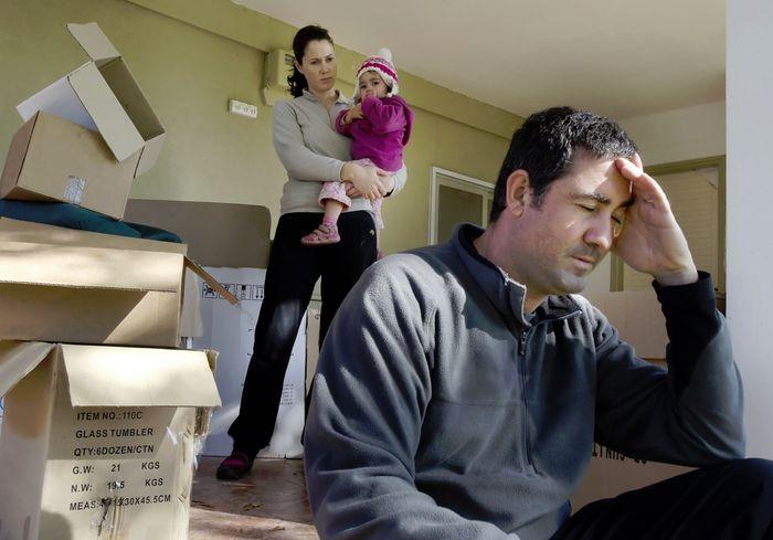 Жильца не могут выселить из квартиры за коммунальные долги