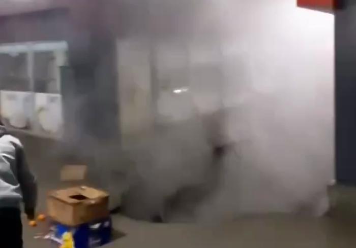 В Харькове на рынке провалился асфальт из-за прорыва теплотрассы