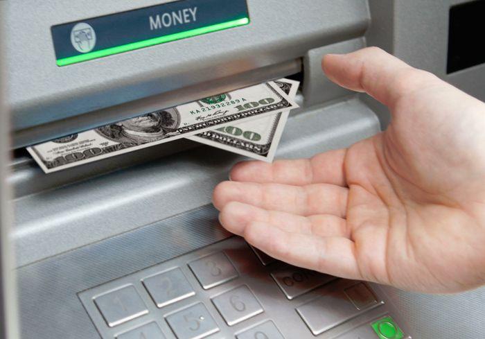 Нацбанк разрешил обменивать доллары через банкоматы