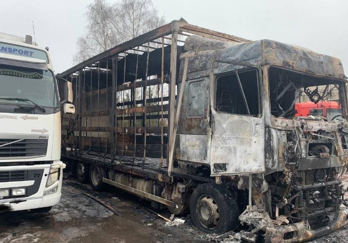 Под Харьковом сгорел грузовик вместе с водителем