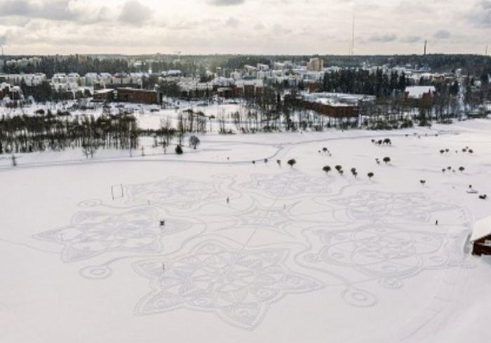 На заснеженном поле в Финляндии создали удивительный рисунок (фото)