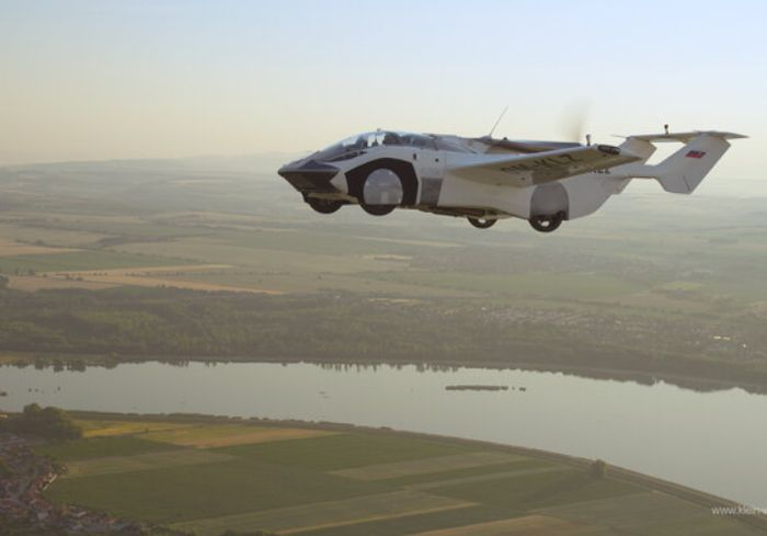 Летающий автомобиль AirCar впервые перелетел из одного города в другой (видео)