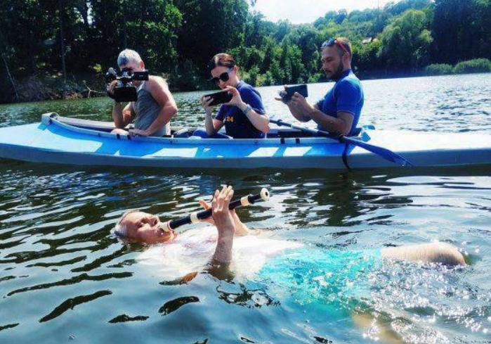 Житель Высокого установил рекорд на самый продолжительный заплыв с одновременной игрой на флейте