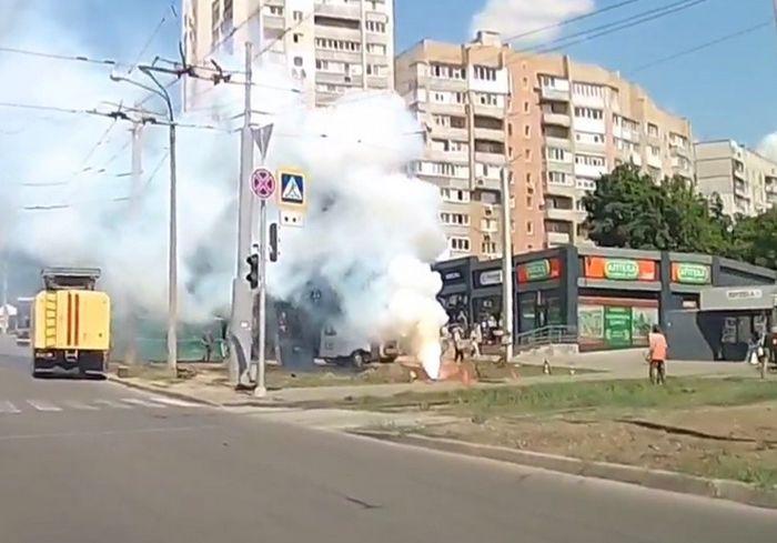 На Салтовке коммунальная авария со зрелищным «спецэффектом» (видео)