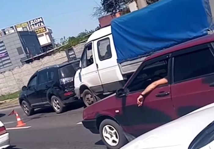 В Харькове на перекрестке столкнулись Газель и внедорожник
