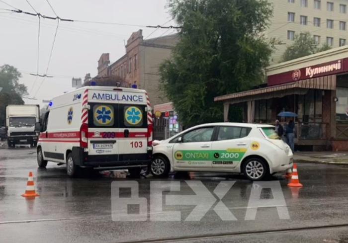 В Харькове автомобиль скорой помощи попал в ДТП