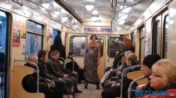 Беременная женщина в метро