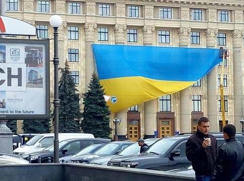 В Харькове на фасаде облсовета вывесили большой флаг Украины